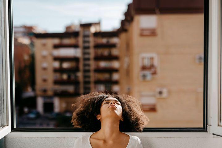 Junge Frau am Fenster