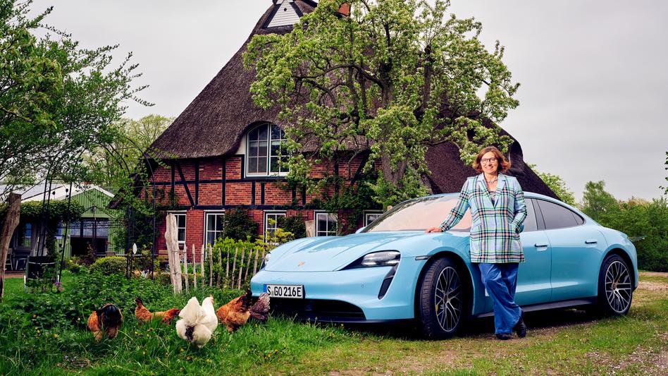 Autorin Schießl vor Elektro-Porsche: So eine Karre fährt man nicht, um den Mutter-Teresa-Preis zu gewinnen