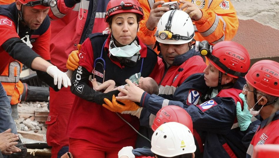 Erdbeben in der Türkei: Helfer retten Baby aus Trümmern