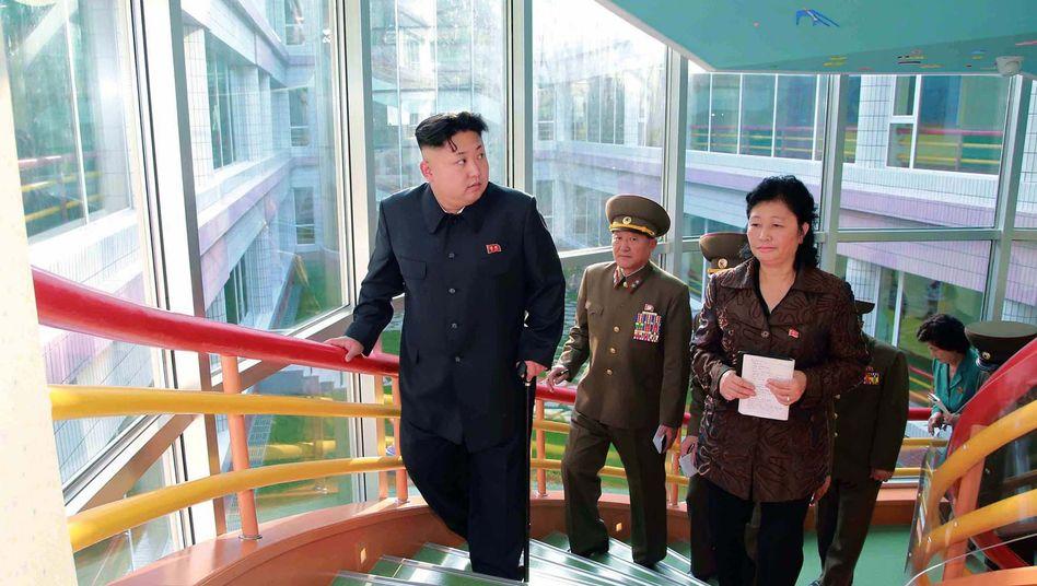 Diktator Kim Jong Un (undatiertes Foto): Kann er bald wieder richtig gehen?