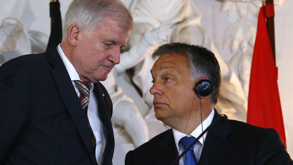 """Horst Seehofer (li.) und Viktor Orban: Wer erledigt die """"Drecksarbeit""""?"""