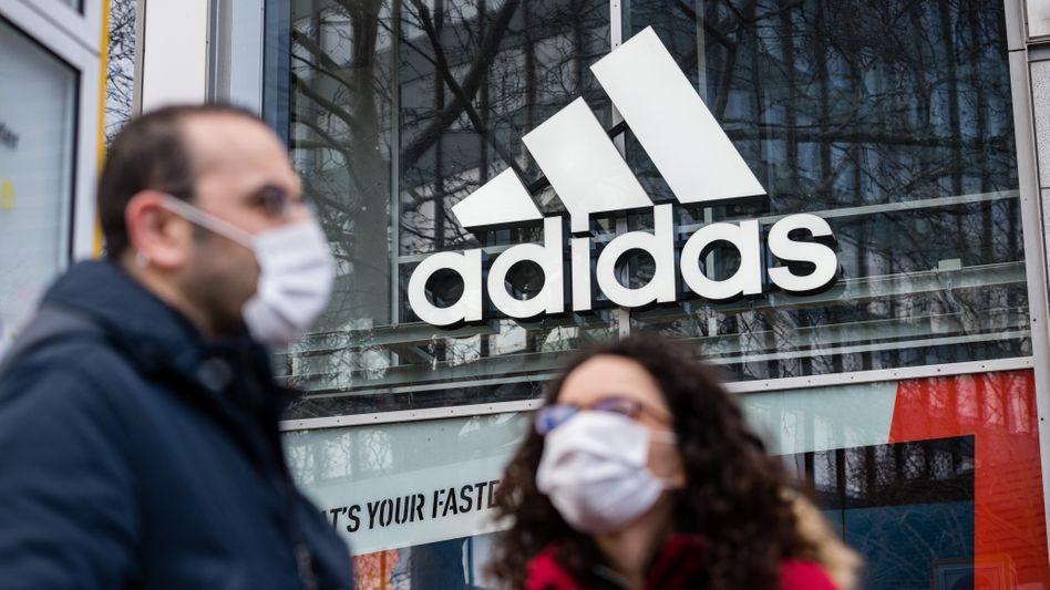 Passanten vor einem Adidas-Laden in Berlin