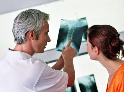 Arzt und Patient: Große Anbieter bangen um die Zukunft - und suchen die Flucht nach vorn