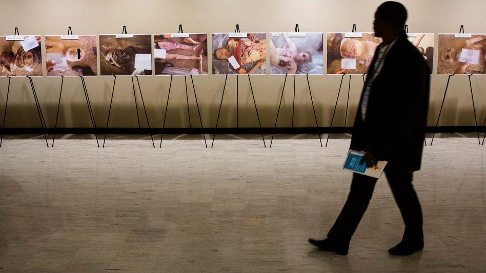 """Ausstellung von """"Caesar""""-Bildern im UN-Hauptsitz in New York (2015)"""