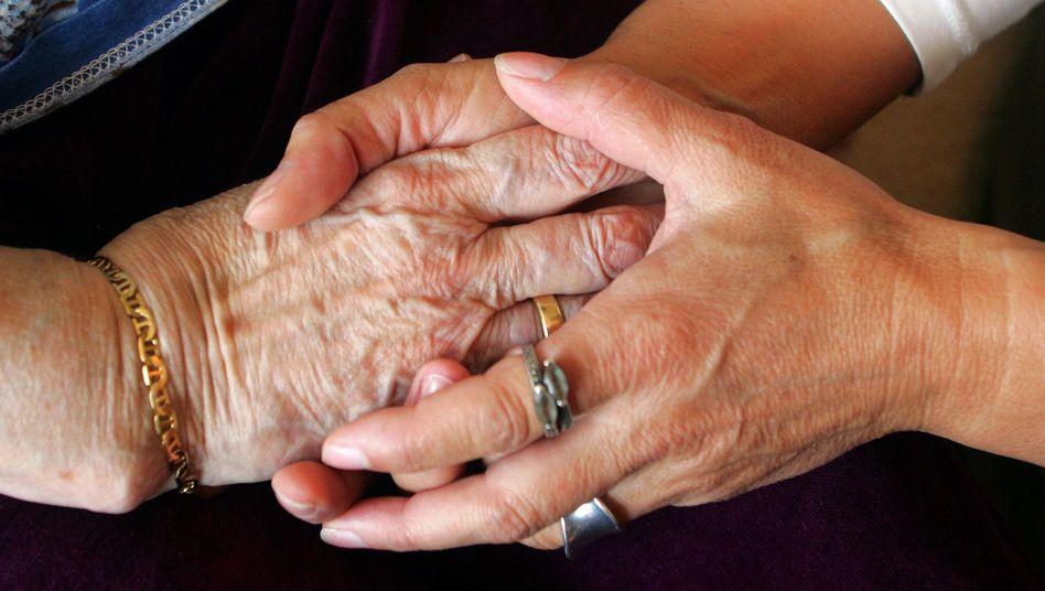 Zusammenhalt: Angehörige können alte Menschen vor der Isolation schützen