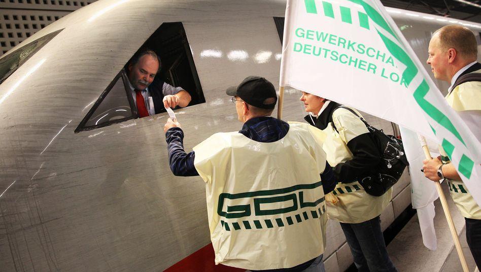 GDL-Mitglieder im Gespräch mit einem Lokführer: Wer verhandelt für wen?