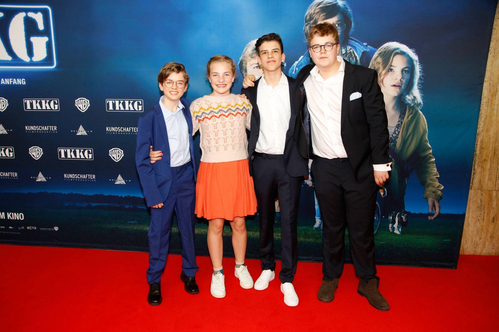 Manuel Santos Gelke, Emma-Louise Schimpf, Ilyes Moutaoukkil und Lorenzo Germeno auf dem Roten Teppich bei der Premiere v