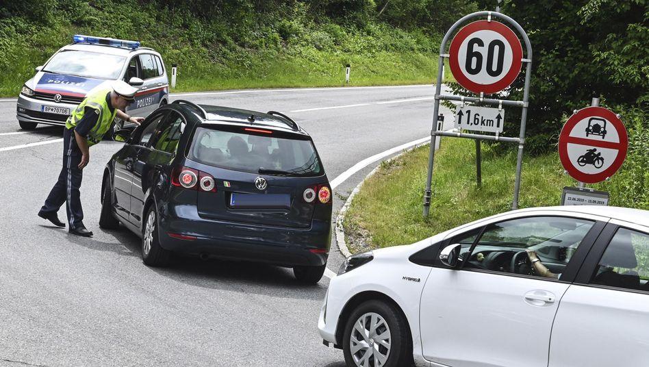 Kontrolle auf einer Tiroler Landstraße: Bis 15. September gelten an bestimmten Tagen Fahrverbote