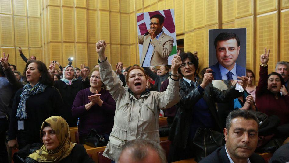 Im türkischen Parlament zeigen Anhänger Porträts verfolgter HDP-Politiker, unter anderem Parteichef Demirtas (r.)