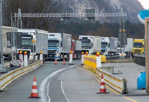 LKW stauen sich an Grenzübergängen
