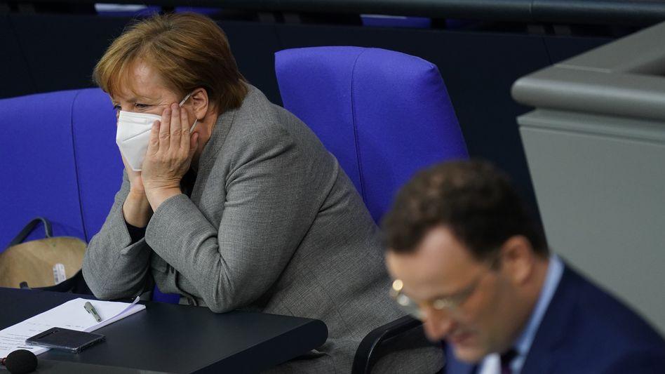 Erschöpft: Bundeskanzlerin Angela Merkel und Gesundheitsminister Jens Spahn