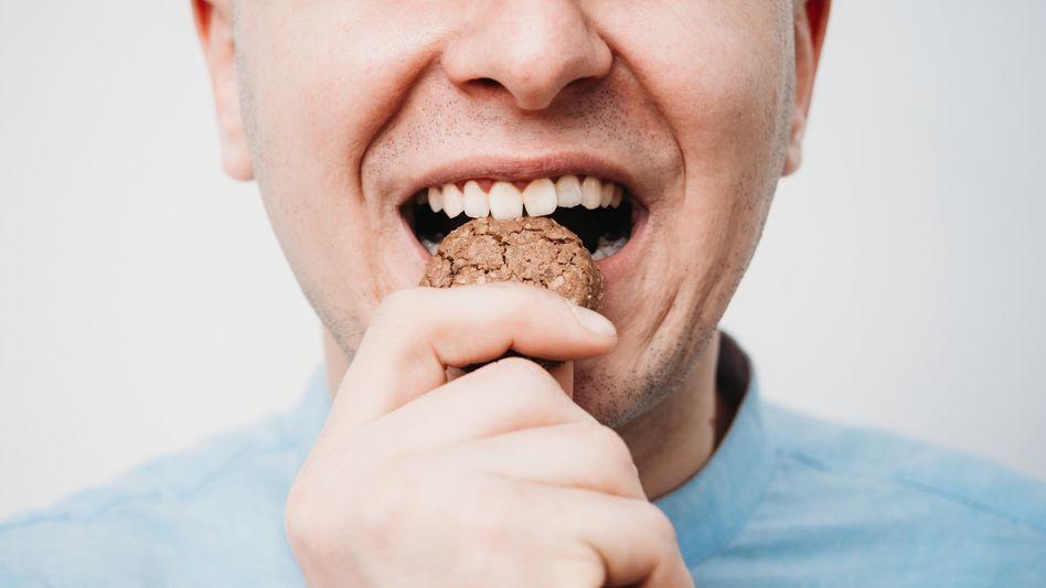 Mann mit Keks: Wie ernähren Sie sich denn so?