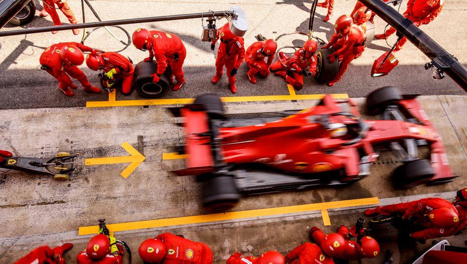 Sebastian Vettel fährt nach seinem einzigen Boxenstopp in Barcelona wieder auf die Strecke