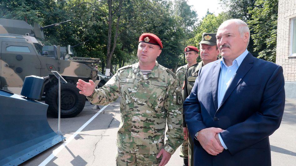 Alexander Lukaschenko präsentiert sich mit Militärs im Wahlkampf. Am 9. August will er sich nach 26 Jahren im Amt erneut bestätigen lassen.