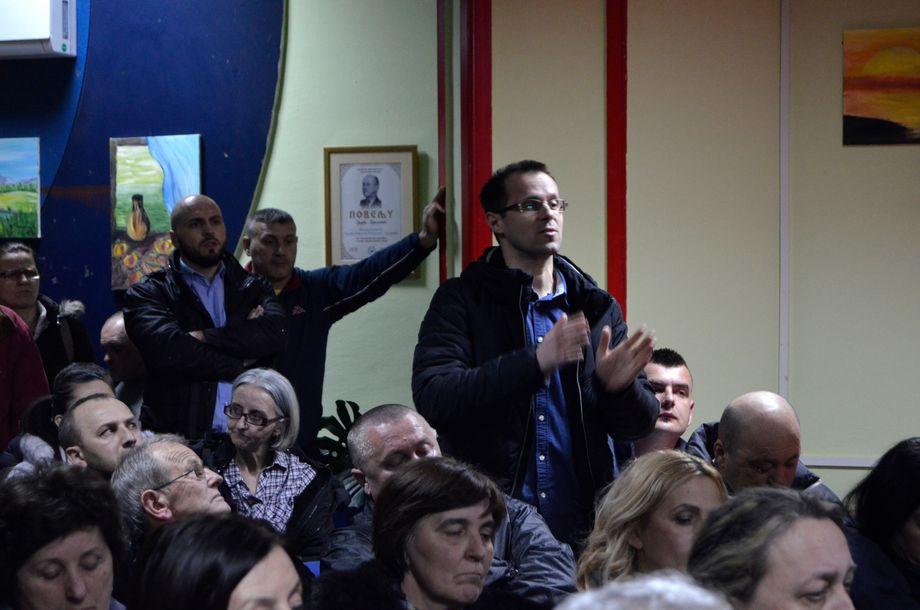 Srebrenica am 15. März 2019: Der serbische Hobbyhistoriker Dušan Pavlović stellt im örtlichen Kulturzentrum sein Buch vor, das den Völkermord leugnet. Nedžad Avdić protestiert gegen diese Darstellung - und wird dafür von den anderen Anwesenden beschimpft und niedergebrüllt