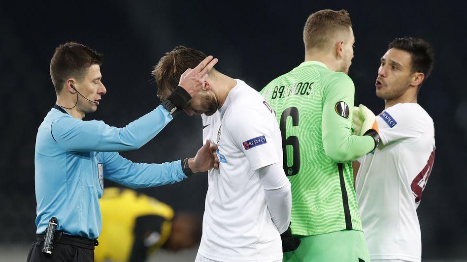 Schwerstarbeit für den Schiedsrichter in der Partie Bern gegen Cluj