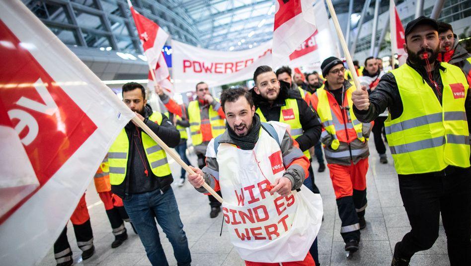 Streikende am Düsseldorfer Flughafen