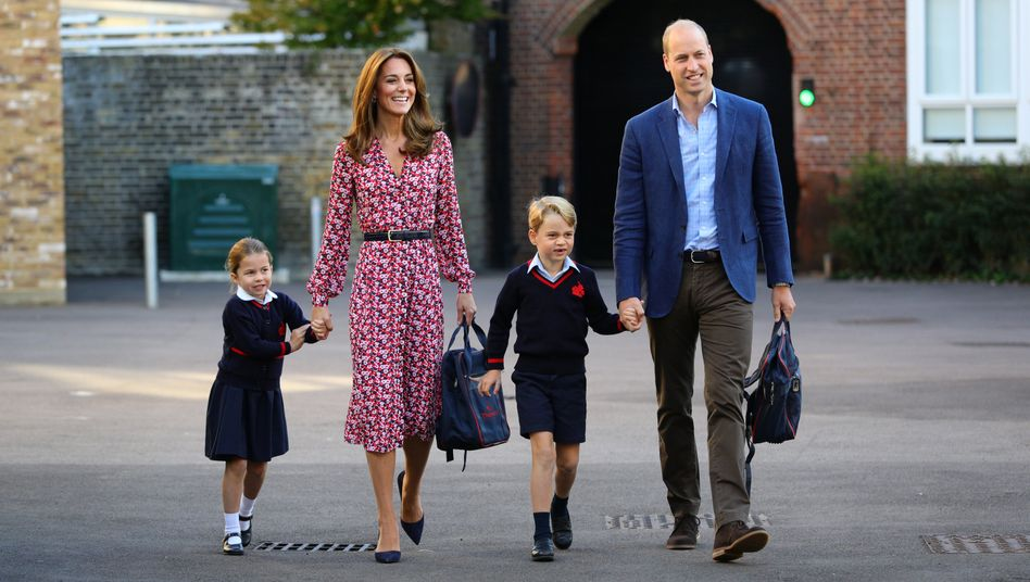 Herzogin Kate hat Charlotte an der Hand, Prinz William den kleinen George.