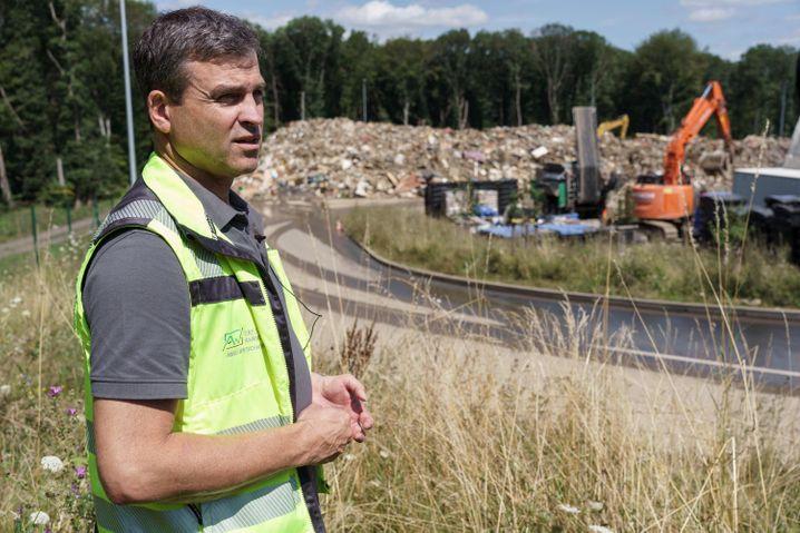Abfall-Manager Sascha Hurtenbach vor Müllberg in Niederzissen