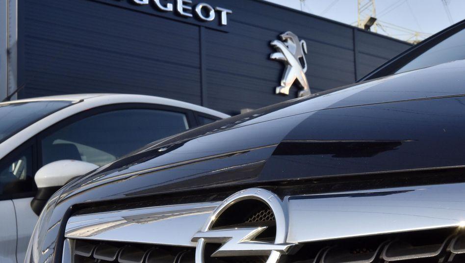 Opel bei einem Peugeot-Händler
