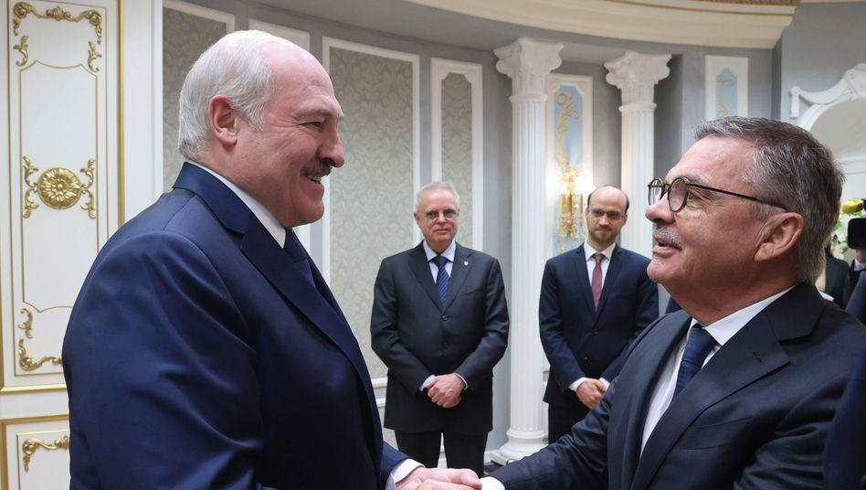Belarus' Machthaber Alexander Lukaschenko (links) undIIHF-Präsident René Fasel waren Anfang Januar beide noch von einer WM in Belarus überzeugt