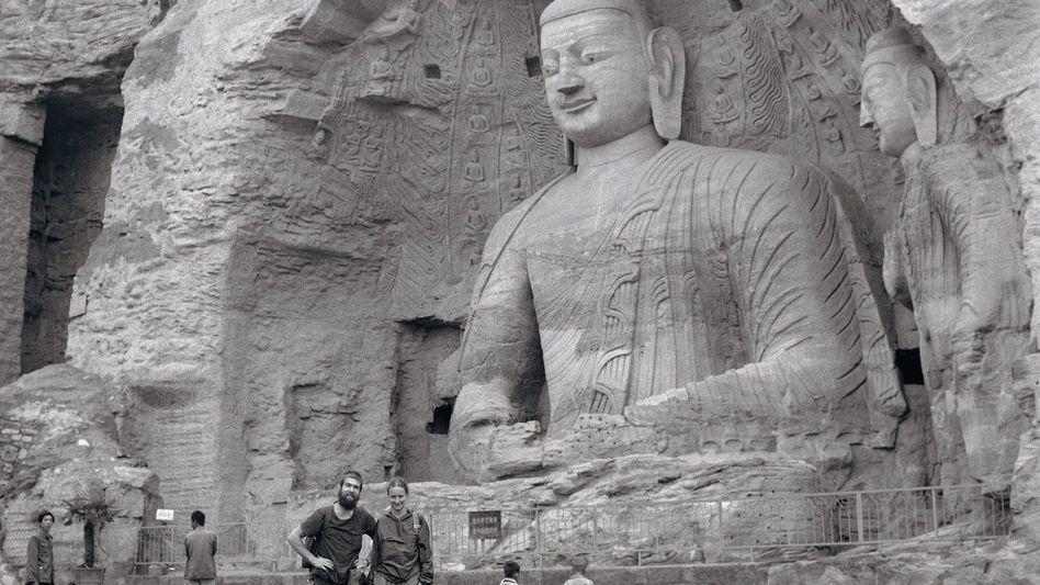 Flüchtlinge Jens, Marion vor einer Buddha-Statue in Nordchina: »Fahren Sie einfach los!«