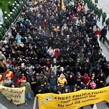 """Unter enger Polizeibegleitung: Demonstration in Hamburg unter dem Motto """"G-8-Bildungspolitik in die Zange nehmen""""."""
