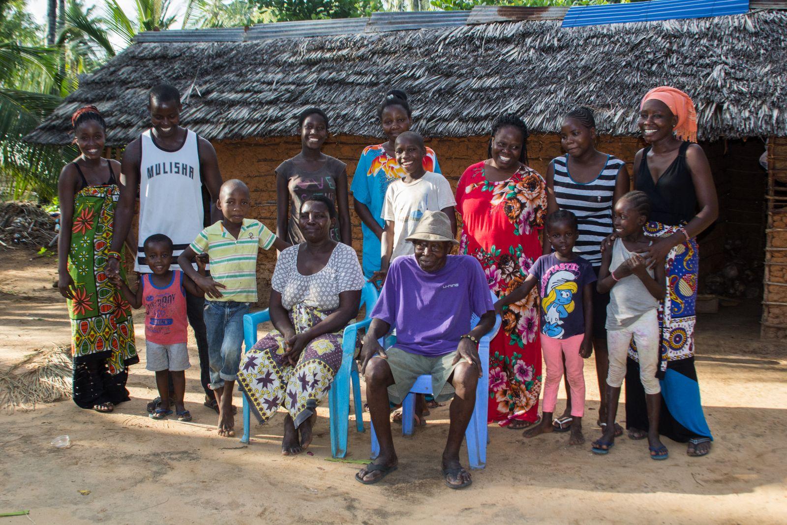 mit einem Teil seiner Familie in Dabaso bei Watamu an der kenianischen Kueste