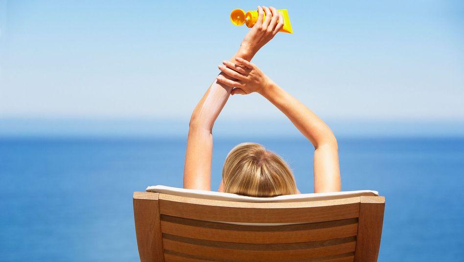 Wer zu unreiner Haut neigt, sollte bei der Wahl der Sonnencreme ein paar Dinge beachten