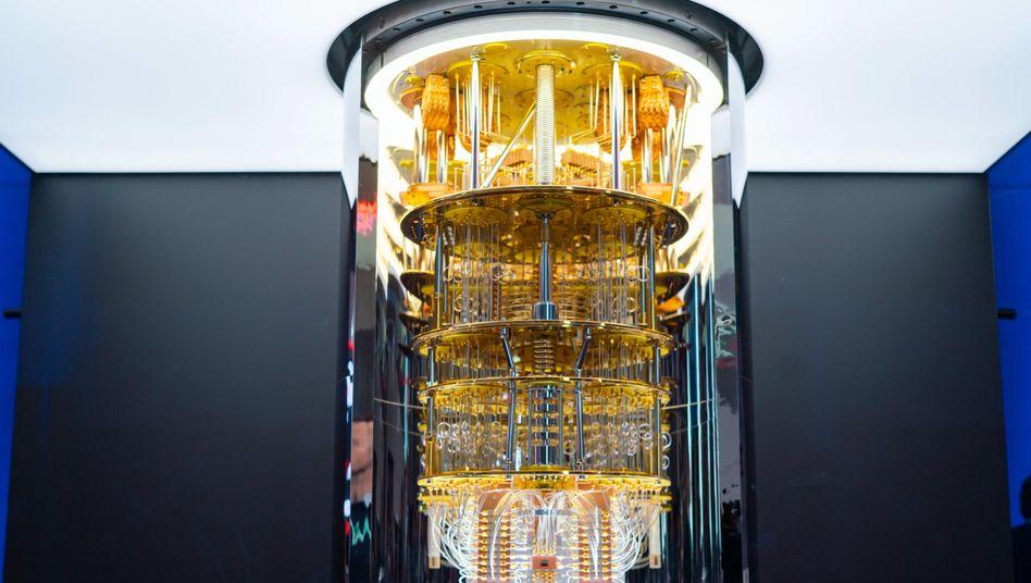 """Nicht der Anblick, den man von einem PC gewöhnt ist: Ein IBM-Quantencomputer der Serie """"Q System One"""""""