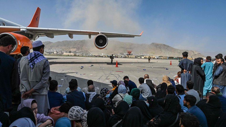 Die Menschen belagern das Flugfeld am Airport von Kabul – in der Hoffnung, dass sie eine der Maschinen mitnimmt