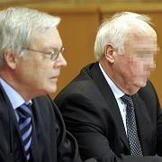 Der Angeklagte Leo G. (r.) und sein Anwalt vor dem Landgericht Marburg