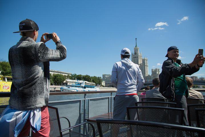 Fotografierende Fußballfans an Bord, 600 Rubel kostet eine einstündige Fahrt, um die acht Euro