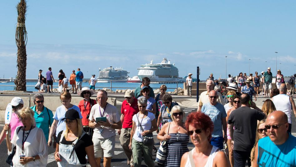 Kreuzfahrttouristen in Palma de Mallorca (Archiv): Nur ein Schiff am Tag, fordern Mallorquiner