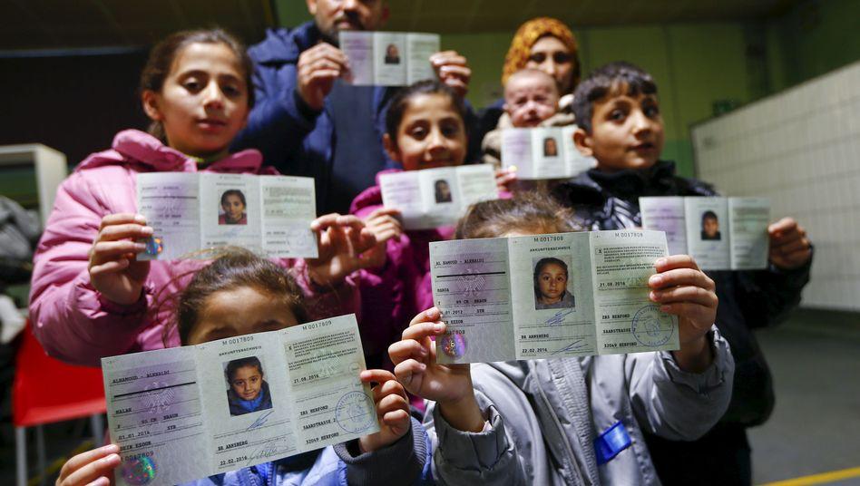 Syrische Flüchtlinge mit dem sogenannten Ankunftsnachweis