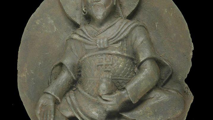 Rätselhafte Statue: Buddha mit Bart und Swastika