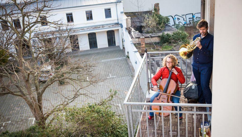 Musizierende auf dem heimischen Balkon (in Dresden): Enervierend oder tröstlich?