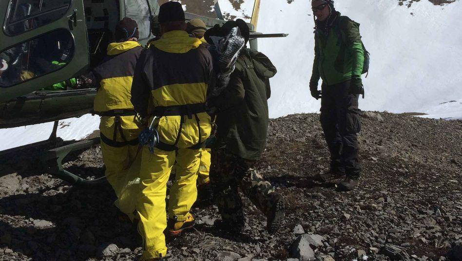 Einsatzkräfte an Annapurna: Noch immer sitzen Dutzende Wanderer fest