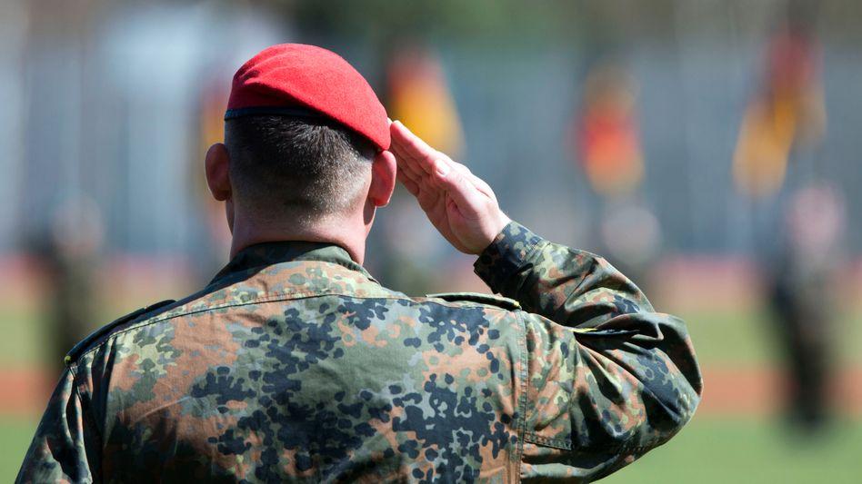 Bundeswehrsoldat beim Appell: 70 Soldaten wegen rechtsextremistischer Vorfälle registriert
