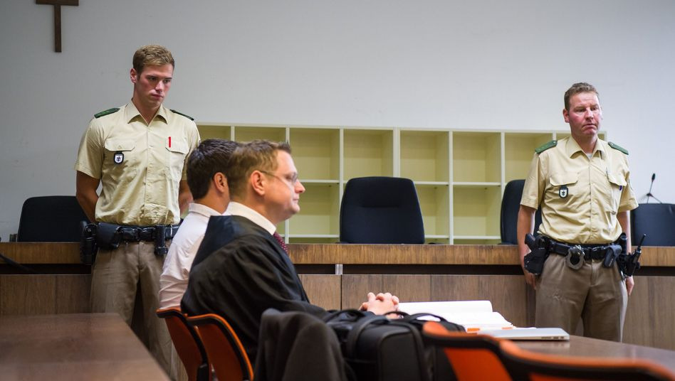 Der Angeklagte und sein Anwalt vor dem Landgericht München