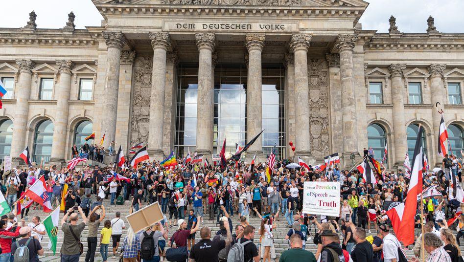Treppe des Berliner Reichstagsgebäudes am 29. August