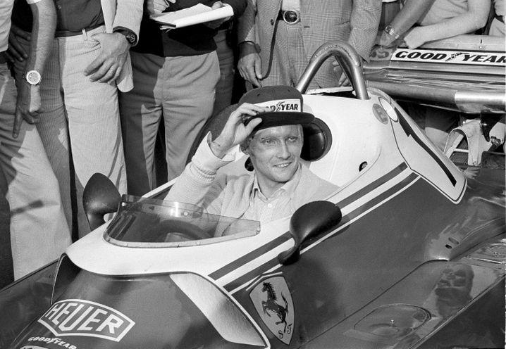 Einen Monat nach dem Unfall sitzt Lauda wieder im Auto