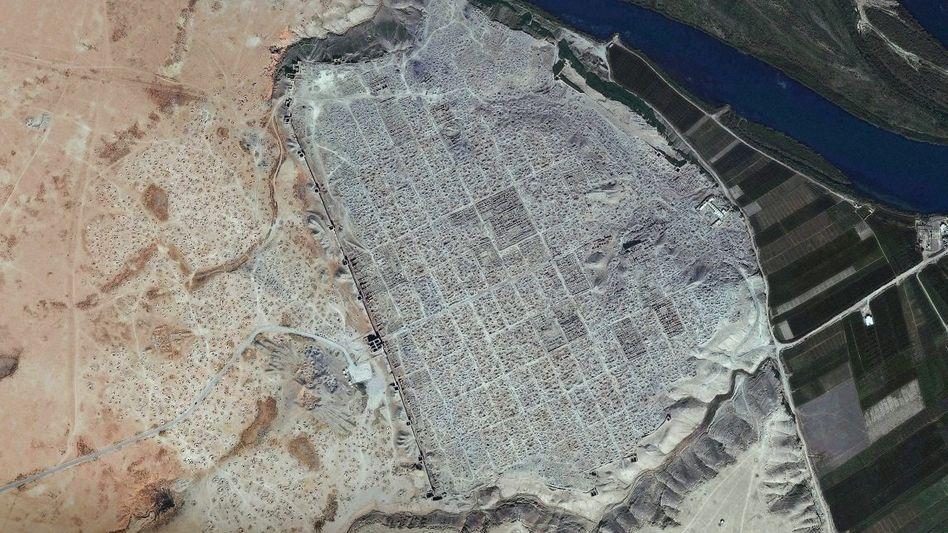 Raubgrabungslöcher im syrischen Dura Europos (Satellitenaufnahme)