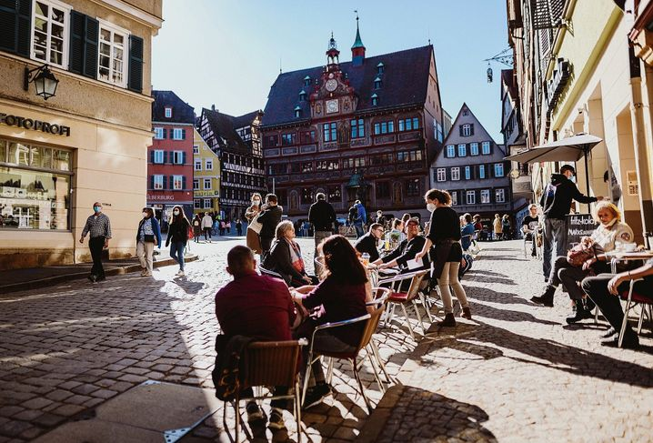 A sidewalk café in the college town Tübingen: The city's problems began after it started opening up businesses again.