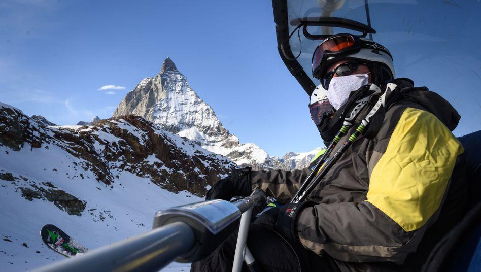 Skifahrer in der Schweiz: Hier soll erlaubt sein, was in den Nachbarländern verboten ist (im Hintergrund das Matterhorn)