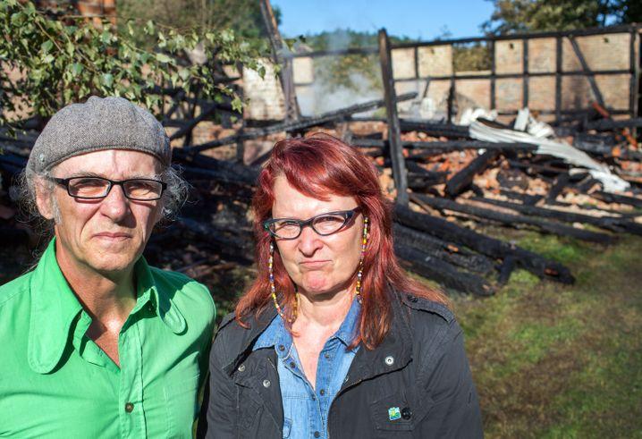 Künstlerehepaar Birgit und Horst Lohmeyer auf ihrem Forsthof in Jamel