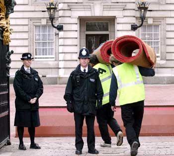 Arbeiter bringen roten Teppich in den Buckingham-Palast. Wie sicher ist das Gebäude?
