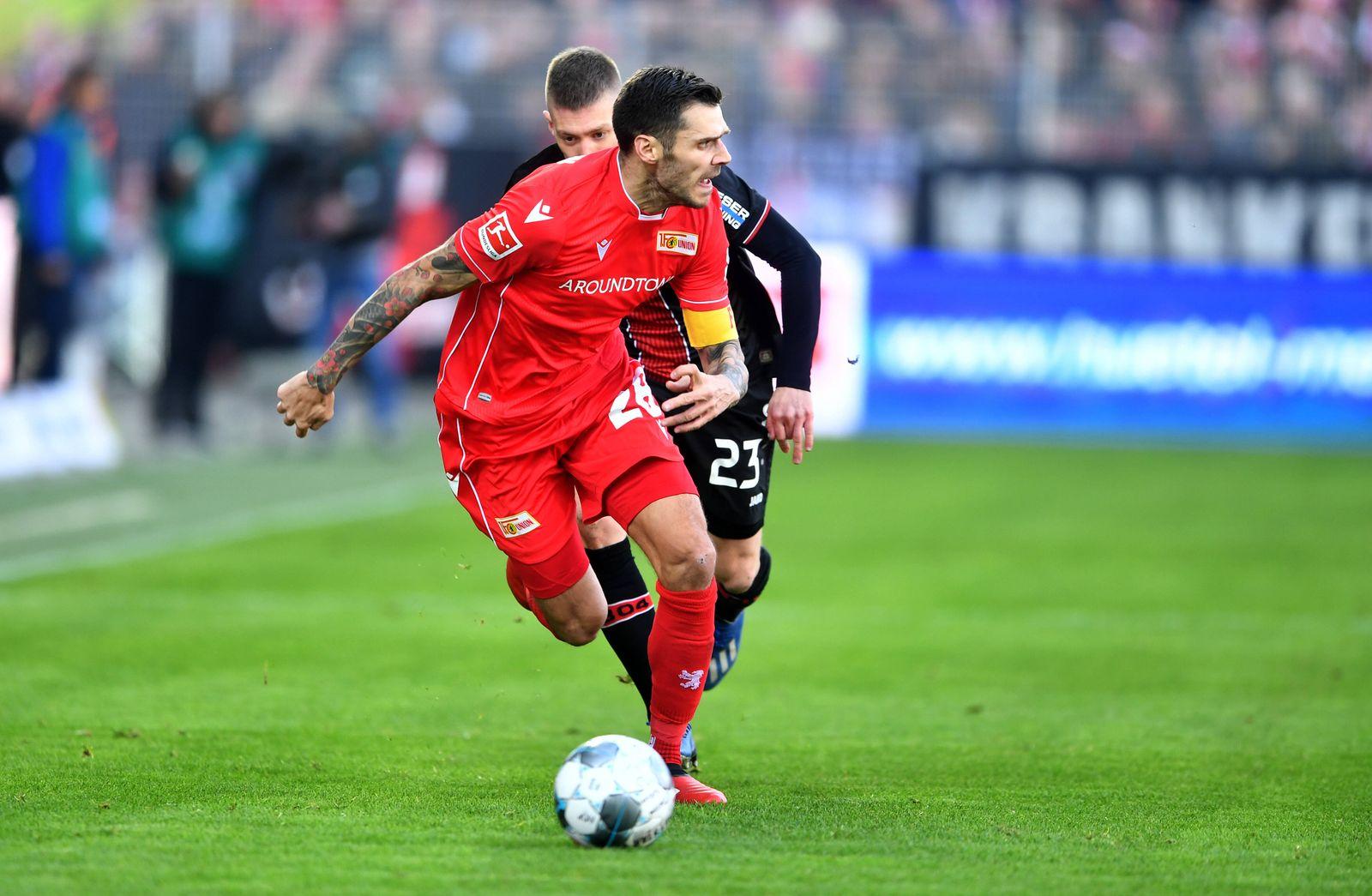 Christopher Trimmel (Union), beim Zweikampf mit Mitchell Weiser (Leverkusen), 1. FC Union Berlin - Bayer 04 Leverkusen 1