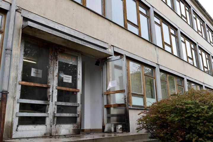 Brandspuren an leerstehender Schule in Dresden, die Flüchtlingsunterkunft werden sollte (Archivbild aus dem Oktober 2015)