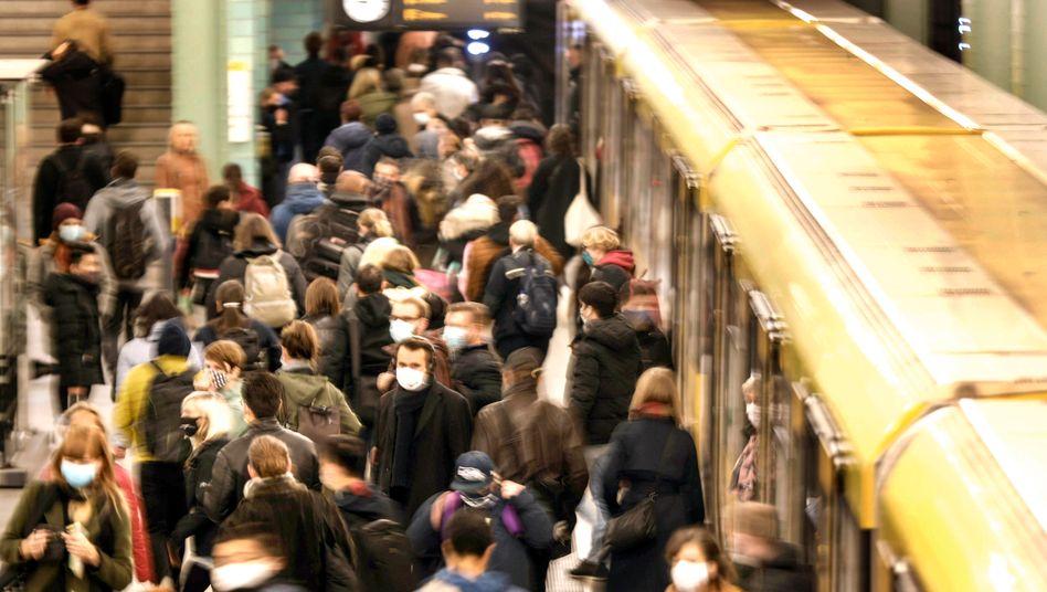 Volle U-Bahnstation trotz Corona: Was kommt im Winter auf uns zu?